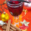 Glass of mulled wine with vanilla, cinnamon. Christmas arrangement. — Stock Photo