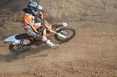 Motocross rider på motorcykeln accelererar från roterande — Stockfoto