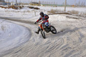 Pilotes de motocross moto tourner accélérées — Photo