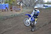 Ruiter op een motorfiets ritten op het achterwiel — Stockfoto