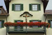 Façade avec balcon et croix — Photo