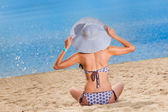 Young woman relaxing on beach — Stock Photo