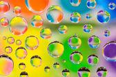 Gocce d'acqua su uno sfondo colorato. — Foto Stock