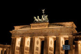 Brandenburg Gate by night in Berlin — Stockfoto