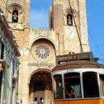 Santa Maria Maior de Lisboa and the famous 28 tram line — Stock Photo