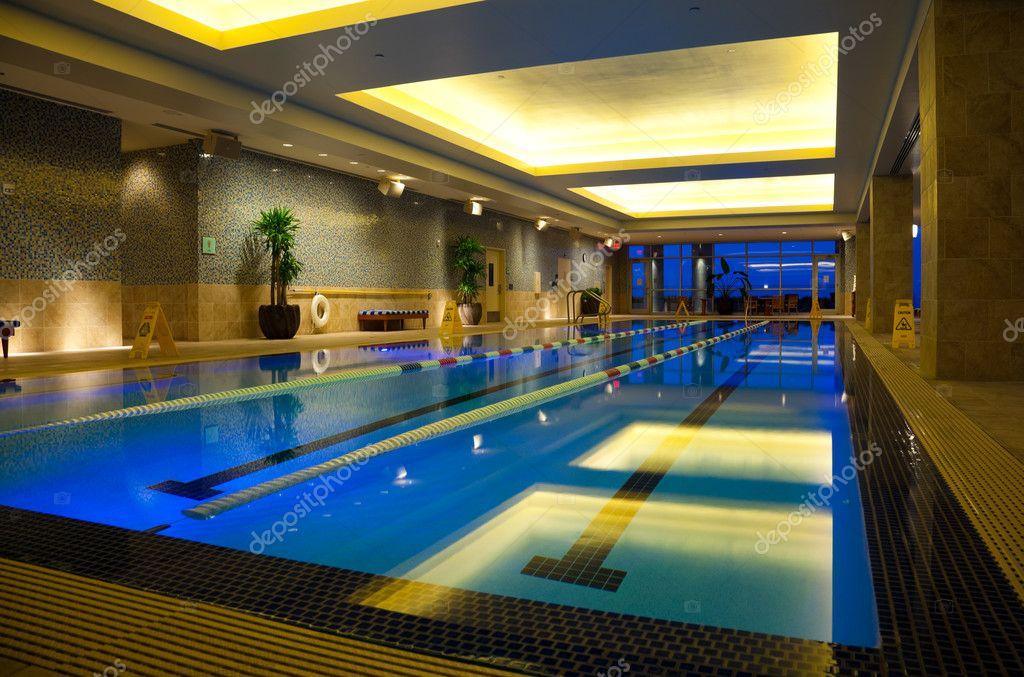 Piscine int rieure photographie johnsaunders 7309333 for Prix piscine interieure