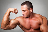 Muscular man flexing his biceps — Foto de Stock