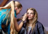 Séance de maquillage - deux jeunes femmes — Photo