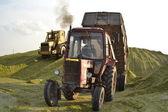 Tracteur et le bulldozer sur la préparation de silo. — Photo