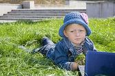 La jeune fille dans le parc avec un lecteur vidéo portable — Photo