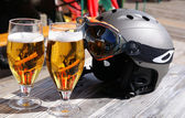 Copos de cerveja e um capacete de esqui — Foto Stock