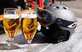 スキー用ヘルメット、ビールのグラス — ストック写真