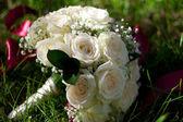 свадебный букет лежит на траве — Стоковое фото