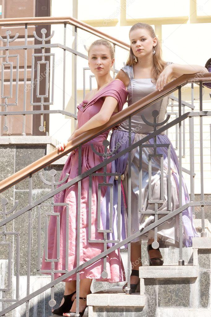 две девушки на лестнице