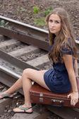 Donna seduta su rotaie — Foto Stock