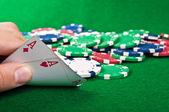 Deux as et jetons de poker — Photo