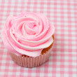 Vanilla cupcake with pink rose icing — Stock Photo