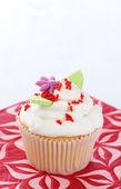 Vanilla cupcake with flower decorations — Stock Photo