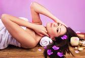 Krásná žena v spa salonu — Stock fotografie