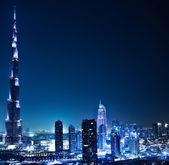 Dubai au centre-ville dans la nuit — Photo