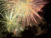 Fuegos artificiales hermosos colores brillantes y formas — Foto de Stock