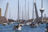Många segelfartyg tillsammans under vindbrygga — Stockfoto