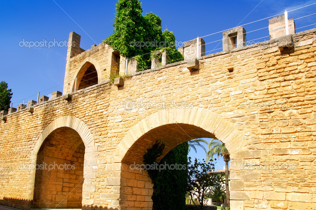 Alcudia puerta de la muralla in north Mallorca roman castle wall door — Stock Photo #6822726