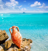 Amphora from roman culture on mediterranean beach — Stock Photo