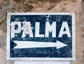 Ve věku modré dopravní značka s šipkou do palma de mallorca — Stock fotografie