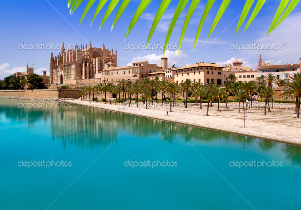 Majorca La seu Cathedral and Almudaina from Palma de Mallorca in Spain — Stock Photo #6837703