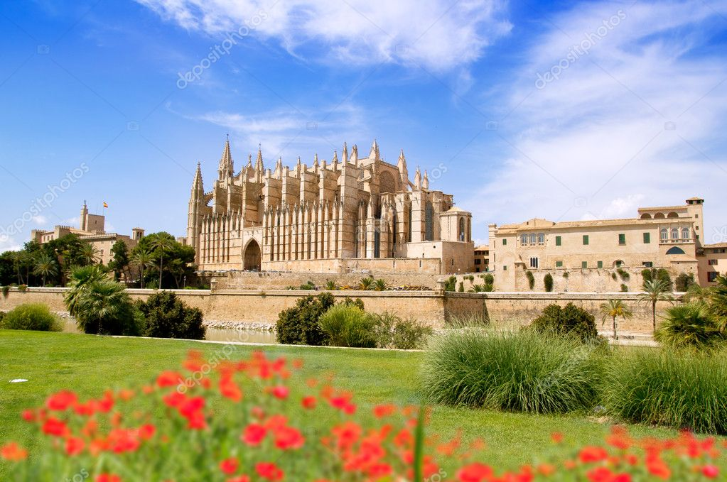 Majorca Cathedral and Almudaina from red flowers garden of  Palma de Mallorca — Stock Photo #6837943