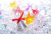 Campana de navidad plata sobre hielo invernal — Foto de Stock