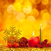 Christmas golden snowflake with red candles — Stock Photo