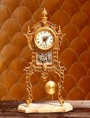 Horloge pendule ancienne laiton doré vintage — Photo