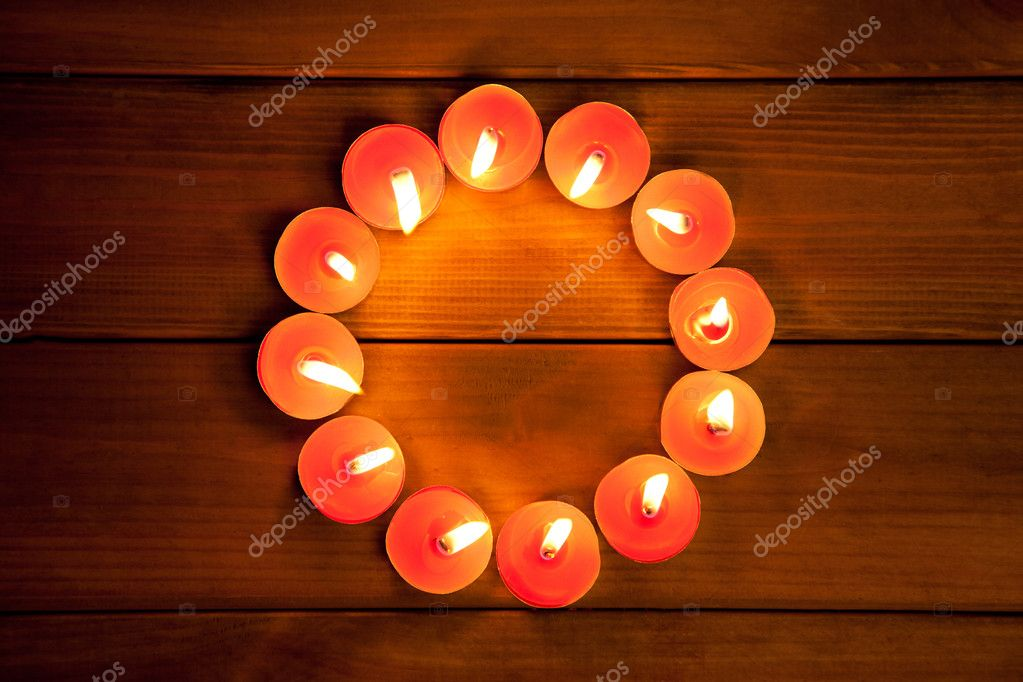 Candles glowing in circle shape on golden wood background — Stock Photo #7000832