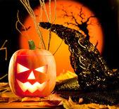 Hojas de naranja halloween calabaza en otoño — Foto de Stock