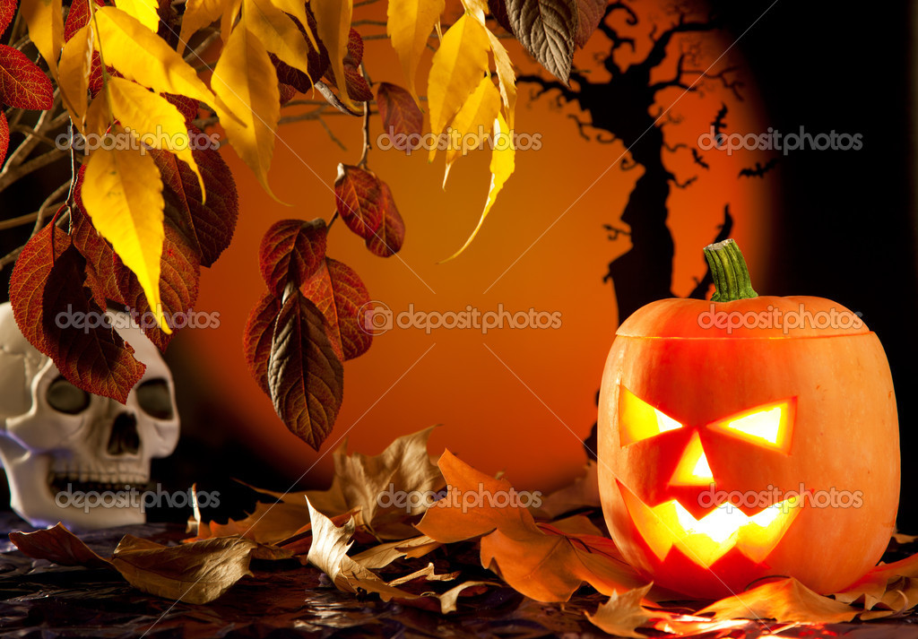 Halloween orange pumpkin lantern with autumn leaves — Stock Photo #7042397