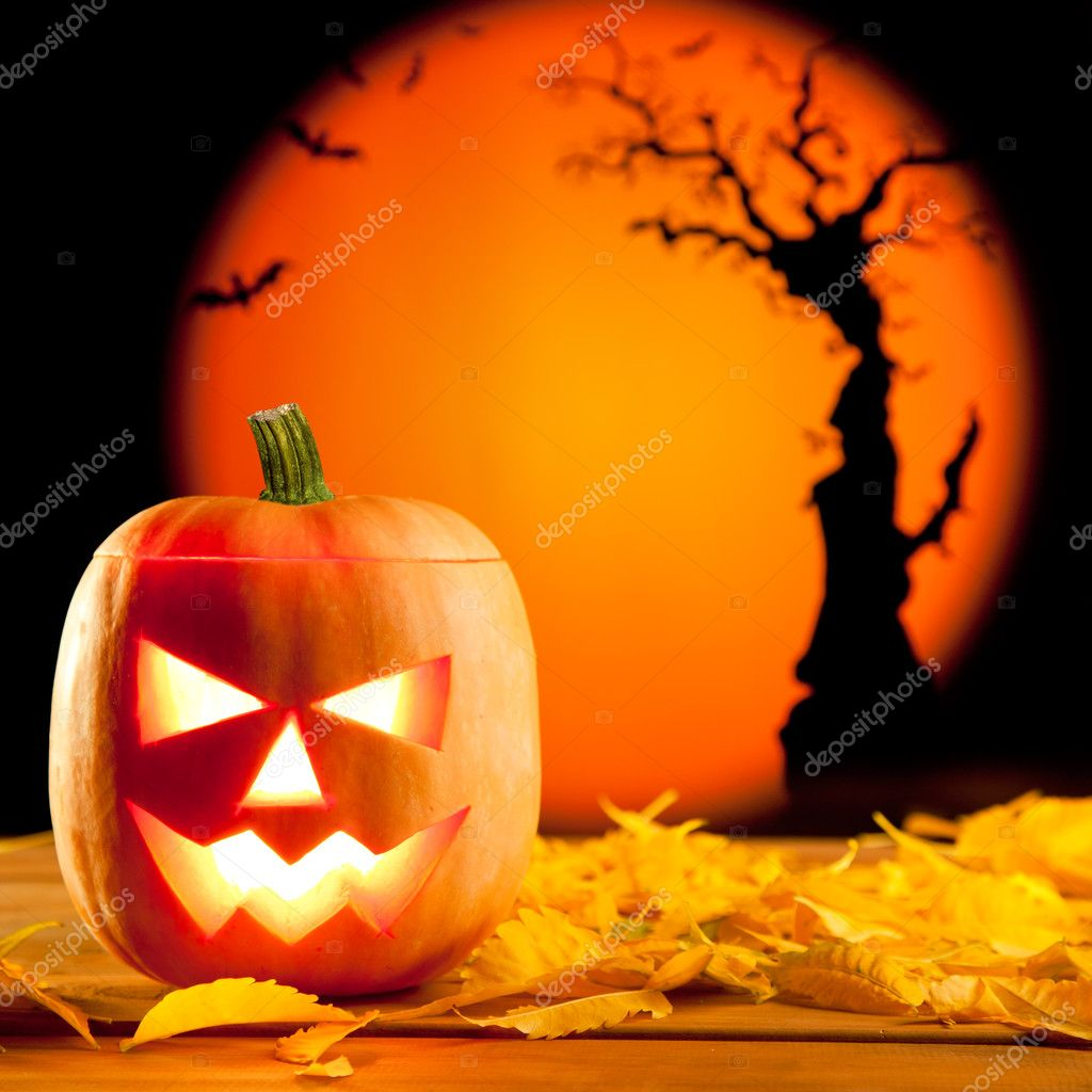 Halloween orange pumpkin lantern with autumn leaves — Photo #7047009