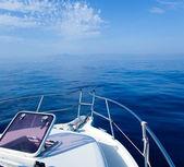 Vela di barca mare blu con oblò di prua aperto — Foto Stock