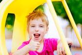 Fille au volant de voiture de jouet avec le geste de la main ok — Photo