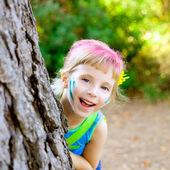 Barn liten flicka glad spelar i skogens träd — Stockfoto