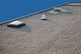 Invertido chaminé do telhado de cascalho e clarabóia — Foto Stock
