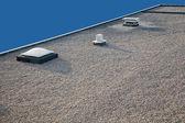 Omgekeerde grind dak schoorsteen en dakraam — Stockfoto