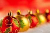 Weihnachten golden rote Kugeln in einer Reihe mit Licht — Stockfoto