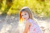 Blond kid girl outdoor nature hapy portrait — Stockfoto