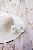 Beach hat with white flower — Stock Photo