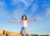 Girl open arms outdoor under blue sky — Stock Photo