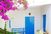 Bluedoor y buganvillas en casa blanca — Foto de Stock
