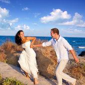 Para zakochanych działa na plaży — Zdjęcie stockowe