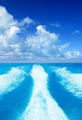 Boat wake prop wash on turquoise sea — Stock Photo